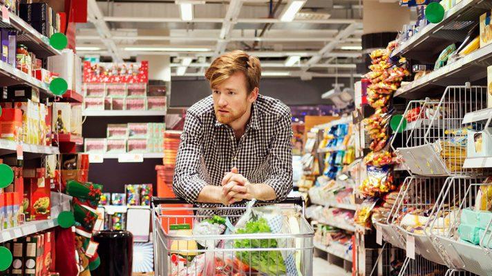 Spotrebiteľ v obchode premýšľa nad úverom